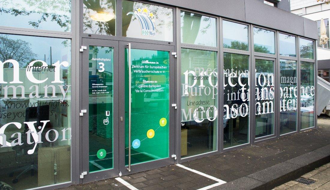 Vue sur la porte d'entrée du Centre Européen de la Consommation.