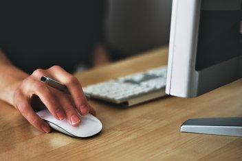 Gros plan sur une personne qui travaille sur ordinateur.