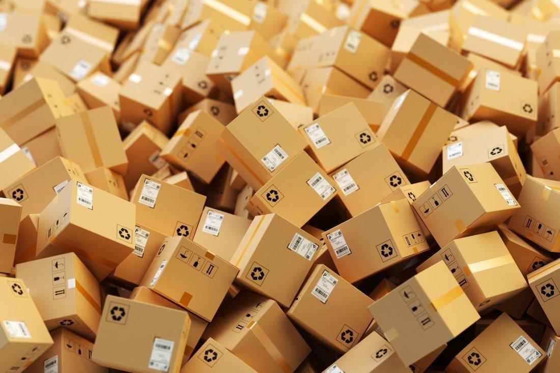 Piles de cartons entassés.
