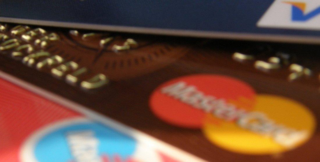 Gros plan sur plusieurs cartes bancaires.