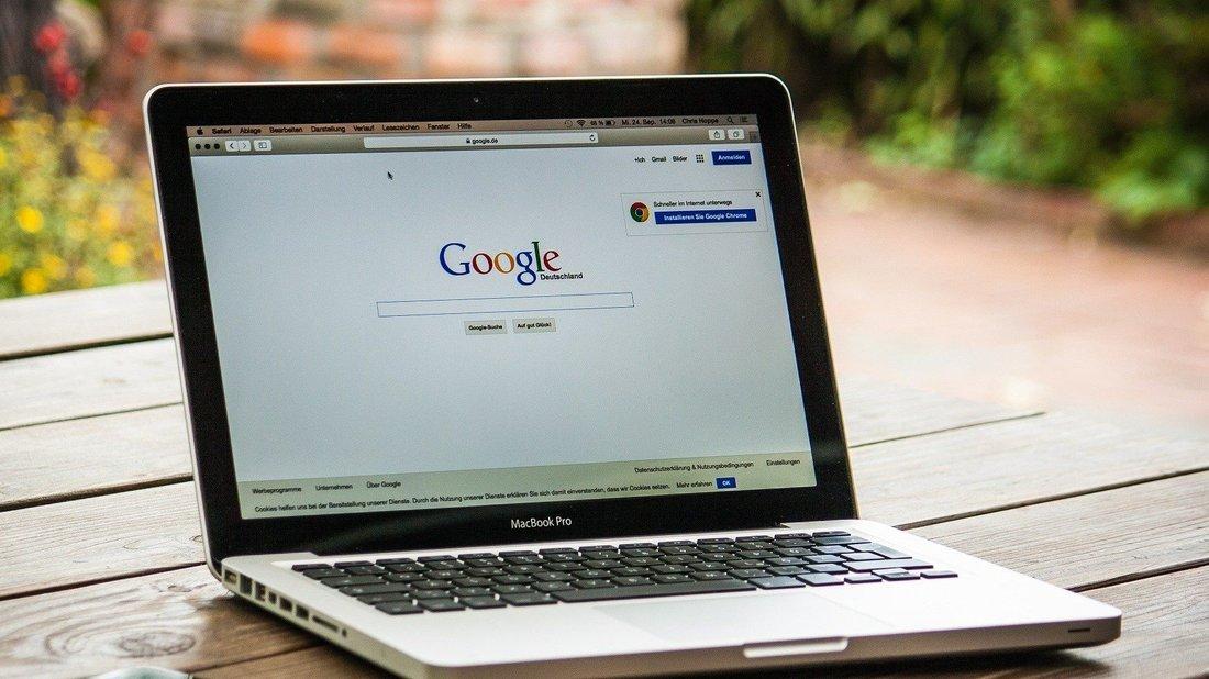 Un ordinateur portable est ouvert avec la page d'accueil Google.