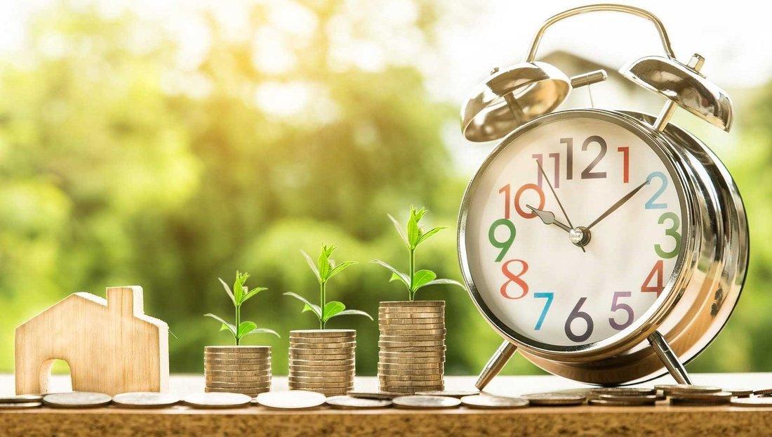 Divers symboles sont représentés par des objets : immobilier, finance, banque, économie, hypothèque, crédit, investissement...
