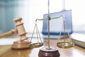 Gros plan sur une balance et un marteau de justice.