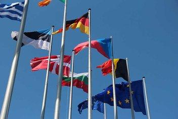 Rangée de drapeaux de pays de l'UE qui flottent dans le vent.