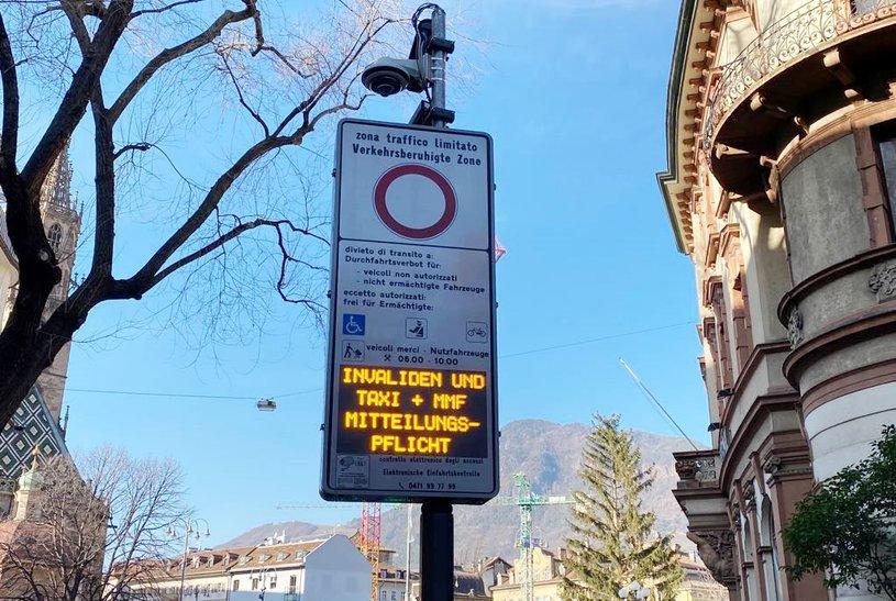 Un panneau indiquant indiquant une zone de trafic limité aux véhicules en Italie.