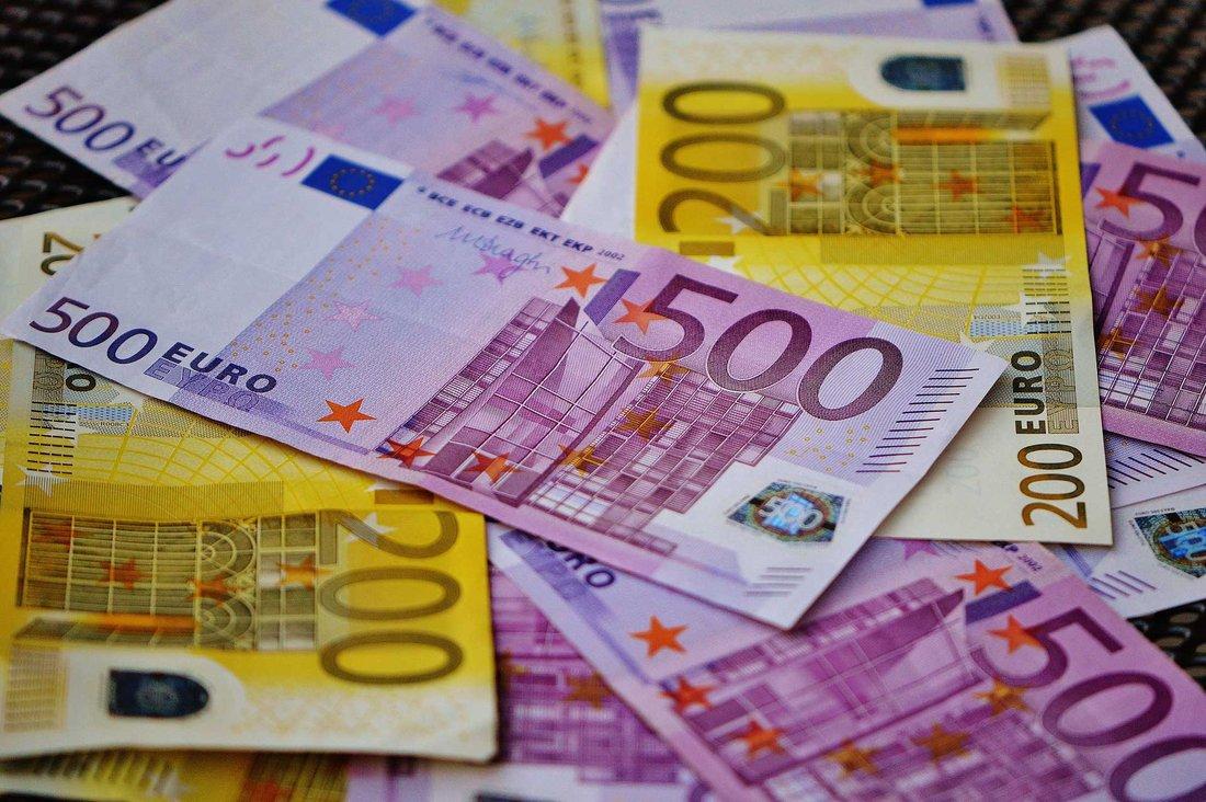 Plusieurs billets de 200 et 500 € sont étalés.