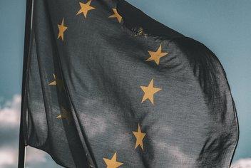 Drapeau européen avec le ciel en arrière plan.