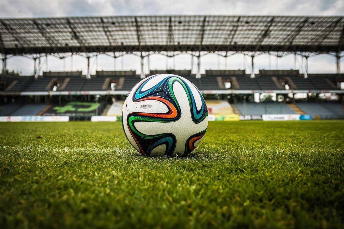 Un ballon de football sur la pelouse d'un stade.
