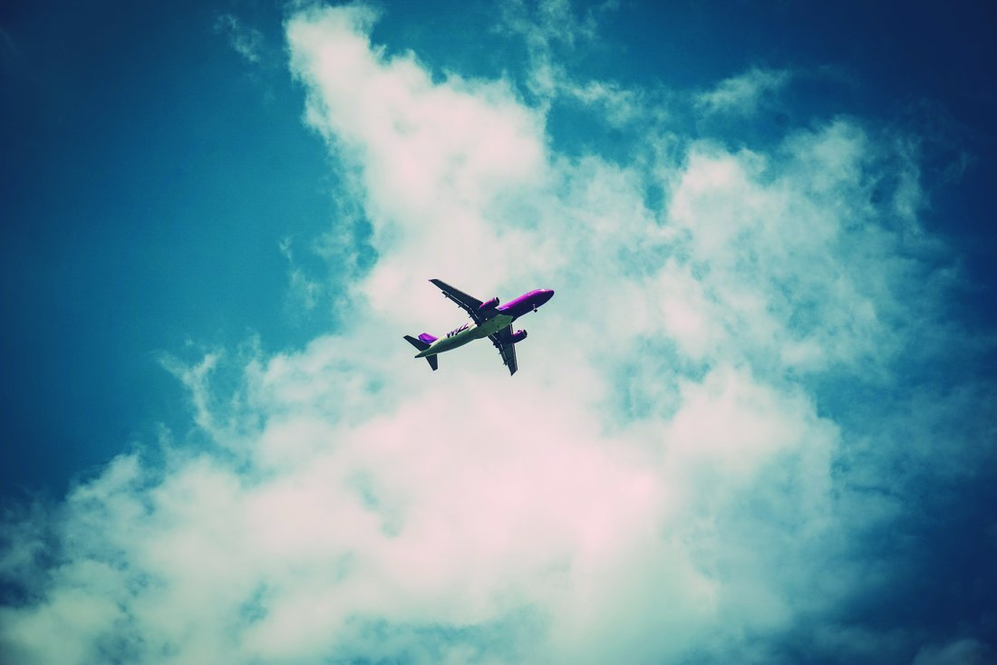 Vue en contre plongée d'un avion dans le ciel.